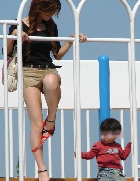 子供連れママさんがムチムチなお尻でパンチラしちゃうエロ画像 34枚 No.10