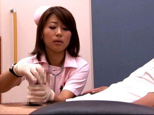 ナースが入院中に手コキで性処理のお世話をしてくれるエロ画像www 27枚 No.3
