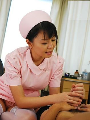 ナースが入院中に手コキで性処理のお世話をしてくれるエロ画像www 27枚 No.17