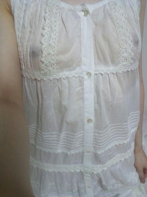 貧乳女子の乳首や乳輪が服の上から透けちゃう乳首ポッチエロ画像 34枚 No.5