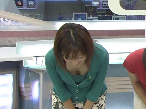 アイドル・女子アナが前屈みで胸チラしたお宝芸能画像まとめ 36枚 No.8