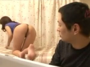 【無料エロ動画】義理の息子に尻を見せつけ誘惑する熟女義母(pornhub)