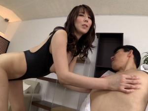 M男をフル勃起させる執拗な乳首責めと巧みな手コキでハイレグ痴女が強制射精させる!澤村レイコ