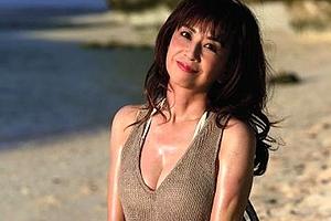 往年のアイドル、大場久美子が50代でビキニになったと去年、話題になりましたが、その未公開カットが雑誌に掲載されたようです!