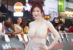 叶美香さん、お姉さんの命令でとんでもない衣装を着せられレッドカーペットを闊歩www