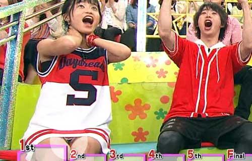 小島瑠璃子 VS嵐!で股間をどアップで映されマ○コの割れ目に食い込んだパンツが丸見えパンチラ