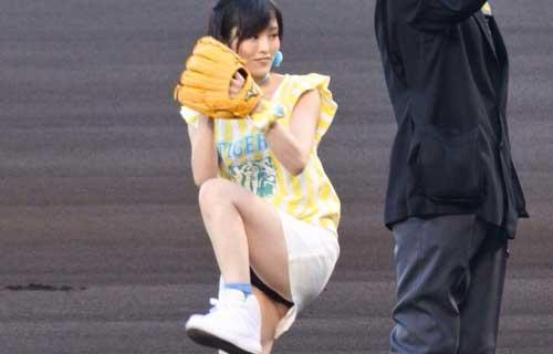山本彩 甲子園始球式でミニスカの股間からマ○コの割れ目に食い込んだ黒色パンツが丸見えパンチラ