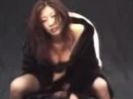 【お宝】中島史恵 大股開きでハイレグ黒パンティを見せつけ美乳の谷間全開のセクシー美女