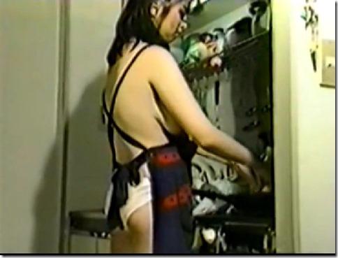 【菊池エリ】エロビ見ながら誕生祝い、つまみは裸エプロン・オナニーショー