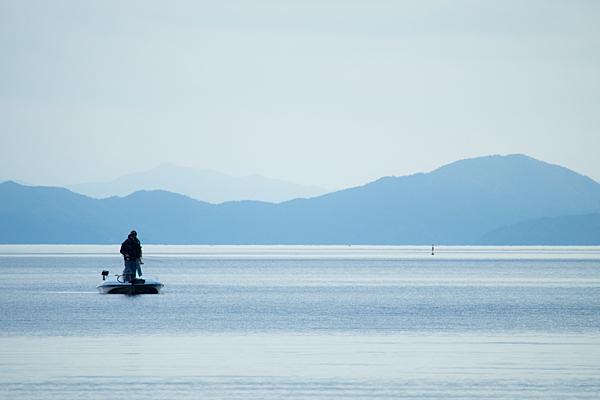 琵琶湖と釣り人