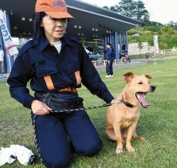 県警の嘱託警察犬「大ちゃん」と飼い主の三上さん