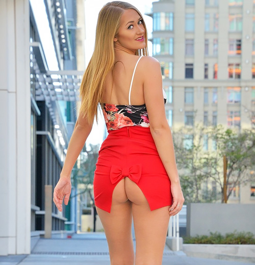 柱の影でこっそり乳ポロww 尻がぱっくり割れたスカート穿いて、生尻見せながら街中を闊歩wwww 外人モデルの露出えろ写真