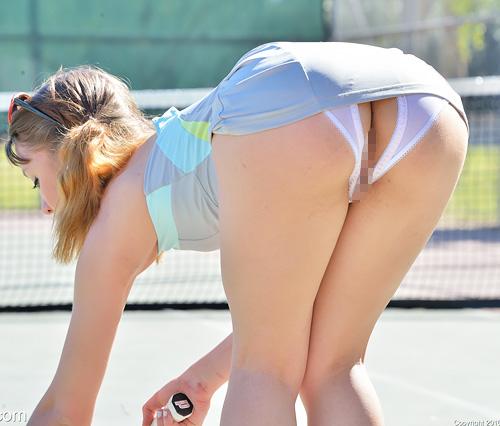 (外人美10代小娘えろ写真)お尻パックリトリス割れて具まで見えてるえろいパンティでテニスする外人小娘ww グリップも突っ込んじゃうよwwww