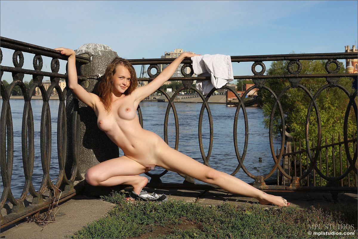 Helena - NAKED ON THE NEVA 02