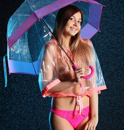 (外人美10代小娘ぬーど写真)ロシアン美10代小娘の雨の夜のお出掛けは、お乳マル見え透明レインコートでwwwwww