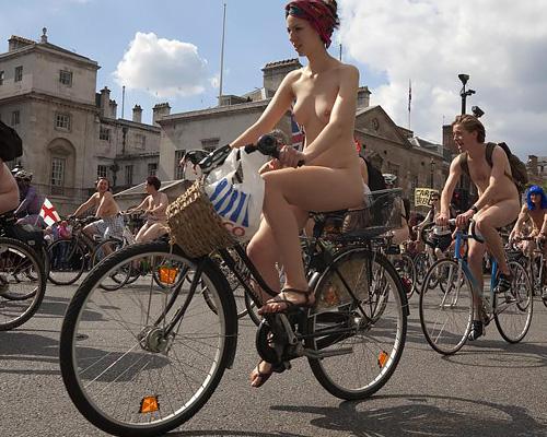 露出の祭典「全裸サイクリング」が卑猥すぎる件wwwww(外国人エロ画像あり)