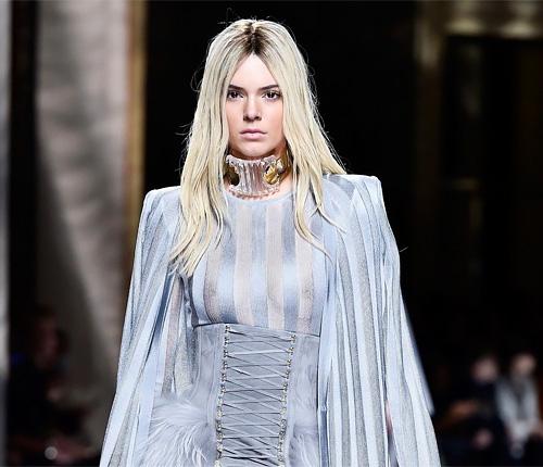 人気ファッションモデル、ケンダル・ジェンナーの乳首がファッションショーで・・・・・www