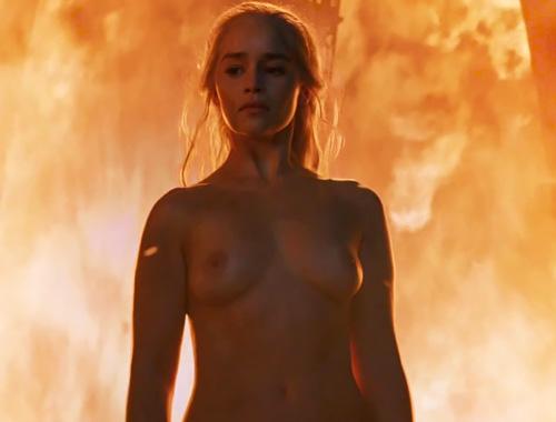 人気女優、エミリア・クラークの炎につつまれてるヌードシーンwww