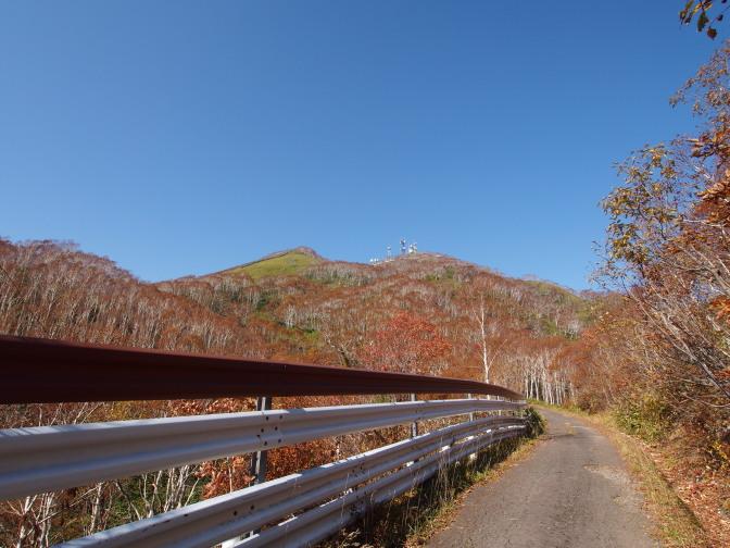 紋別岳山頂を望む