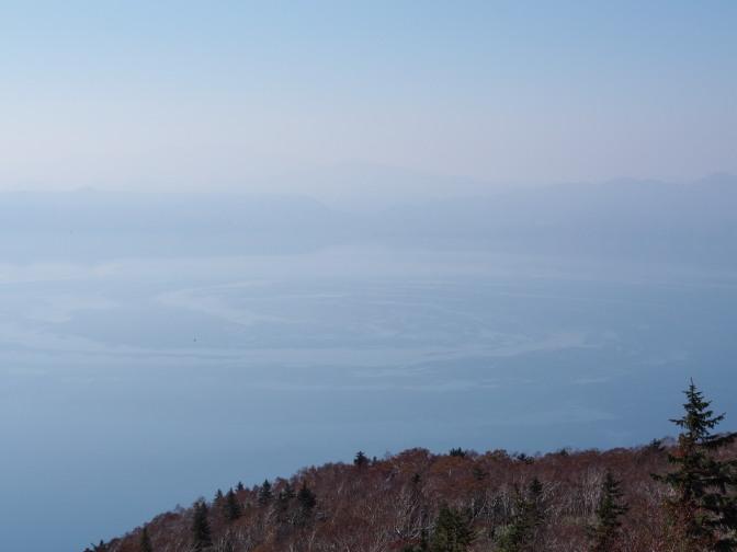 湖面の不気味な縞模様は泡?それとも…