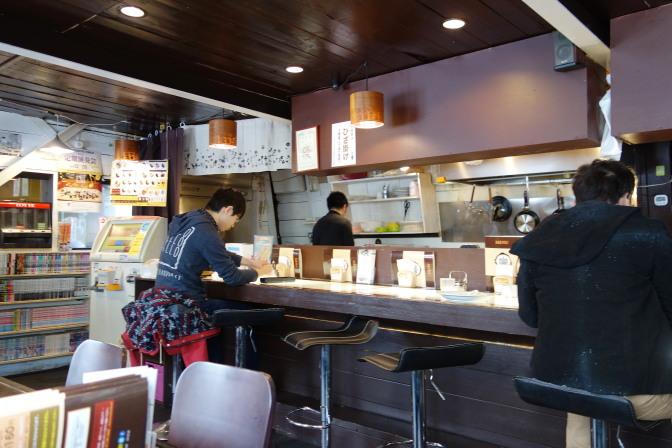 コク道カレー店内(カウンター)