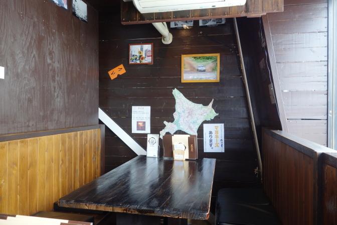 コク道カレー店内(テーブル席)