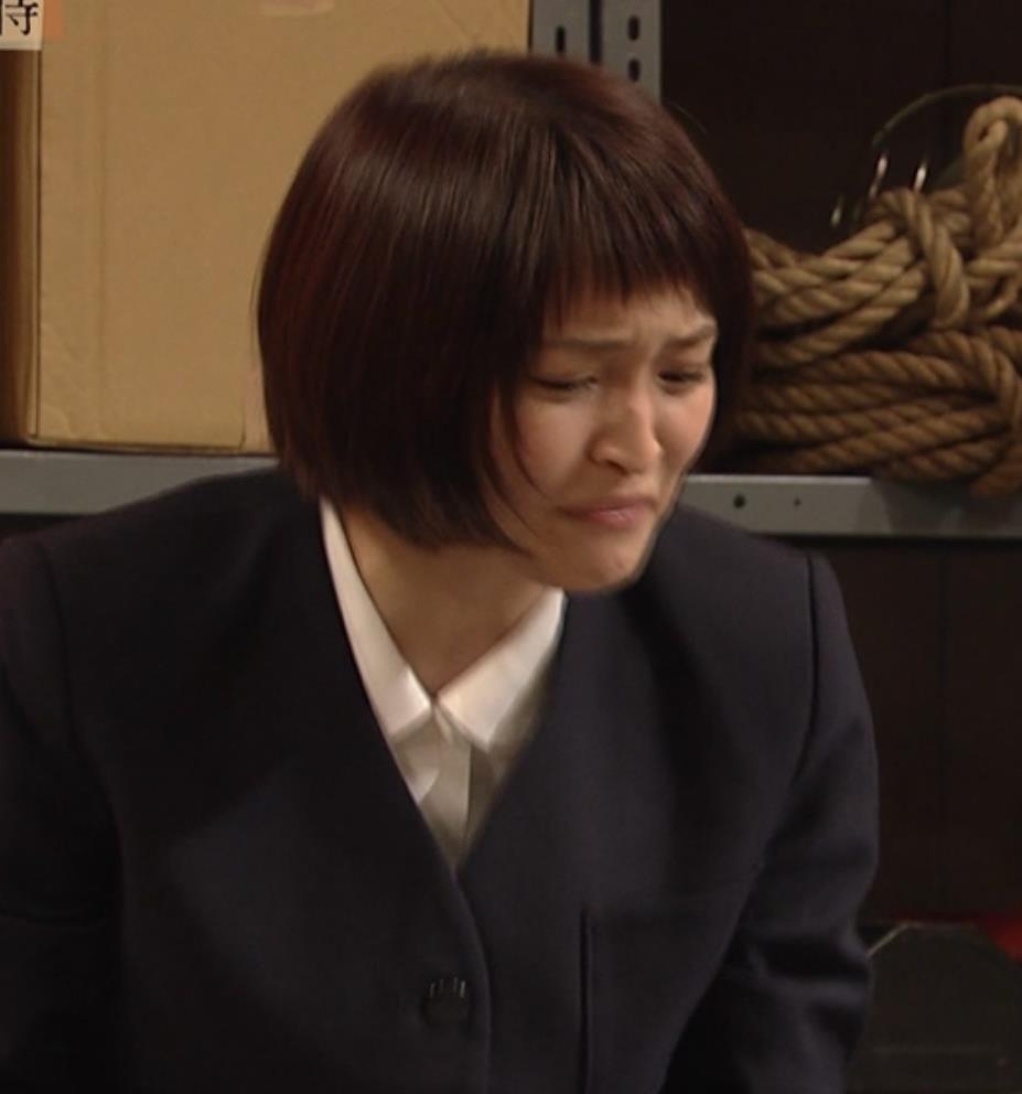 岡本玲 ノブコブ吉村の顔が股間に突っ込まれるキャプ・エロ画像6