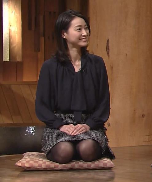 小川彩佳 ミニスカ&黒ストッキングで正座