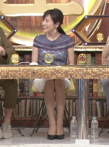 高島彩 机の下のミニスカート美脚