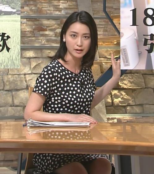 小川彩佳 机の下のミニスカートから太ももが!