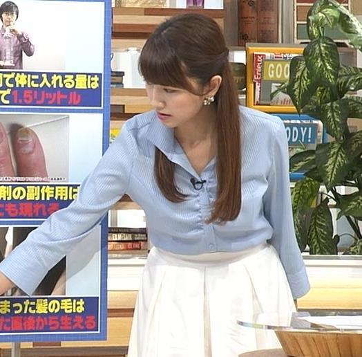 【有名人,素人画像】三田友梨佳 胸元が緩めの青いシャツ