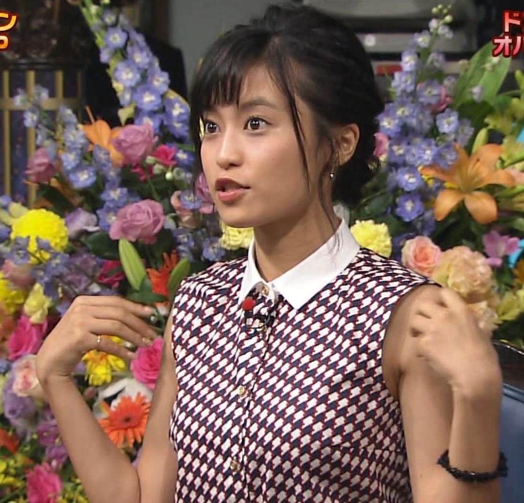 小島瑠璃子 おっぱい画像4