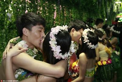 中国・杭州で20組の若い男女が集団「裸婚」 1