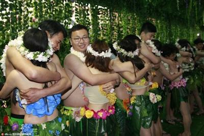 中国・杭州で20組の若い男女が集団「裸婚」 2