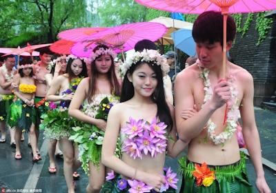 中国・杭州で20組の若い男女が集団「裸婚」 3
