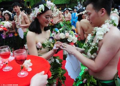 中国・杭州で20組の若い男女が集団「裸婚」 4