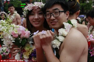 中国・杭州で20組の若い男女が集団「裸婚」 5