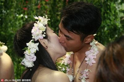 中国・杭州で20組の若い男女が集団「裸婚」 6