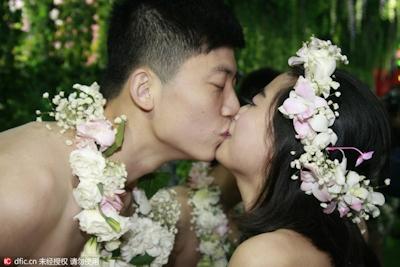 中国・杭州で20組の若い男女が集団「裸婚」 7