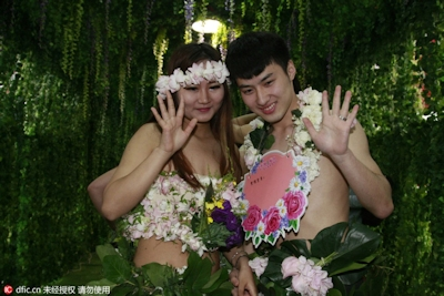 中国・杭州で20組の若い男女が集団「裸婚」 8