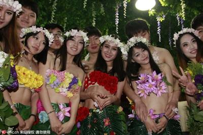 中国・杭州で20組の若い男女が集団「裸婚」 9