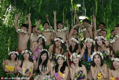 中国・杭州で20組の若い男女が集団「裸婚」 10