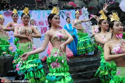 中国・杭州で20組の若い男女が集団「裸婚」 12