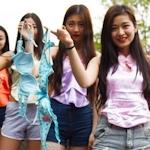 中国・成都の女子大生が「ブラジャーよりも肚兜(ドゥドウ)を着けよう」とブラを外すパフォーマンス