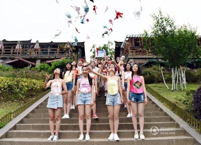 中国・成都女子大生 ブラを外すパフォーマンス 1