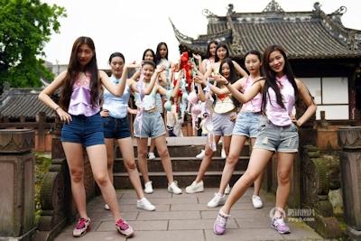 中国・成都女子大生 ブラを外すパフォーマンス 3
