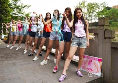 中国・成都女子大生 ブラを外すパフォーマンス 4
