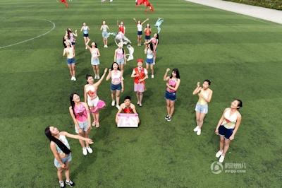 中国・成都女子大生 ブラを外すパフォーマンス 5