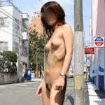 スレンダー美乳な素人女性の野外露出ヌード画像