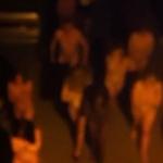 ロシアで売春婦と客が全裸で連行される